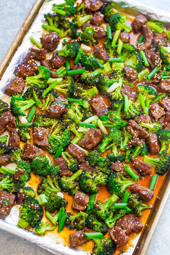 bouchées de boeuf au four avec sauce, graines de sésame et brocolis, idee repas soir simple et équilibré