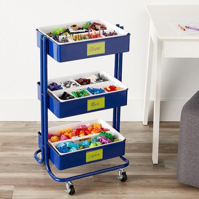 rangement chambre enfant avec des pieces de jouets de trois enfants, deco chambre scandinave
