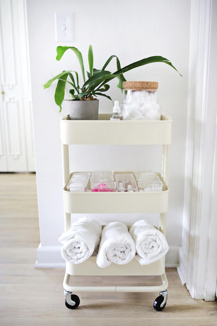 desserte salle de bain ikea de couleur blanche, rangement serviettes, maquillage, plante salle de bain verte
