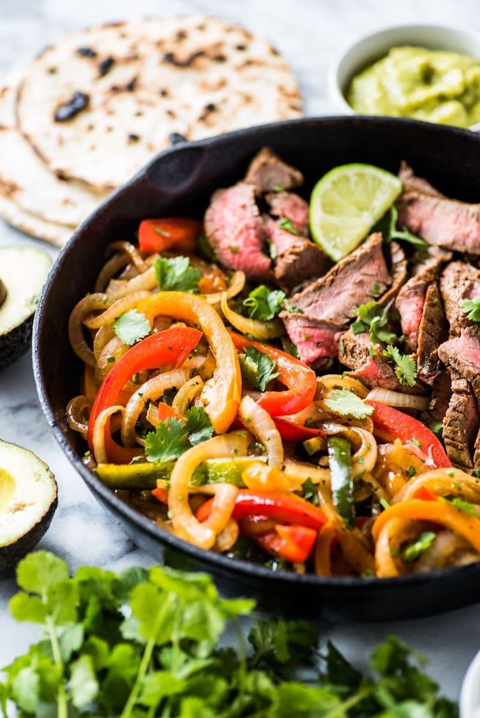 poele avec fajitas, idée pour préparer repas du soir léger, fajitas porc, poivrons et oignons aux herbes fraiches