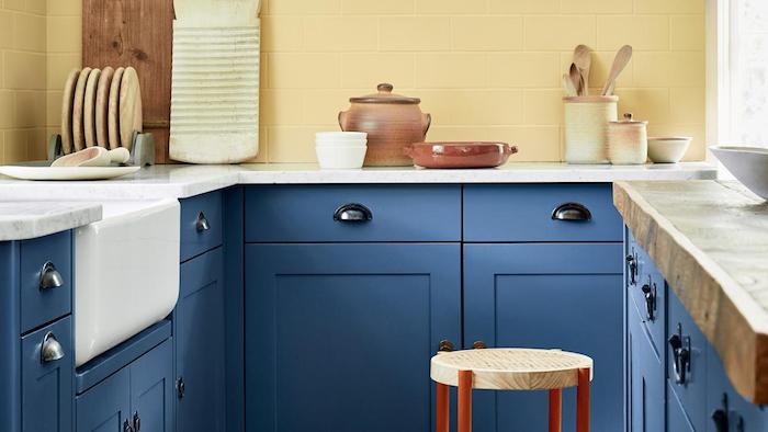 Cuisine bleu et mur jaune, relooker un meuble, quelle peinture pour repeindre un meuble en bois