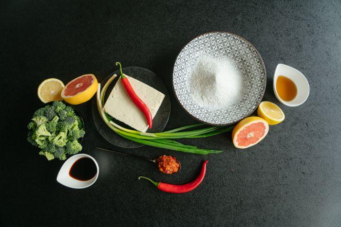 recette avec tofu soyeux, idee de repas du soir léger asiatique avec marinade de brocoli, chili, sauce de soja, jus de citron