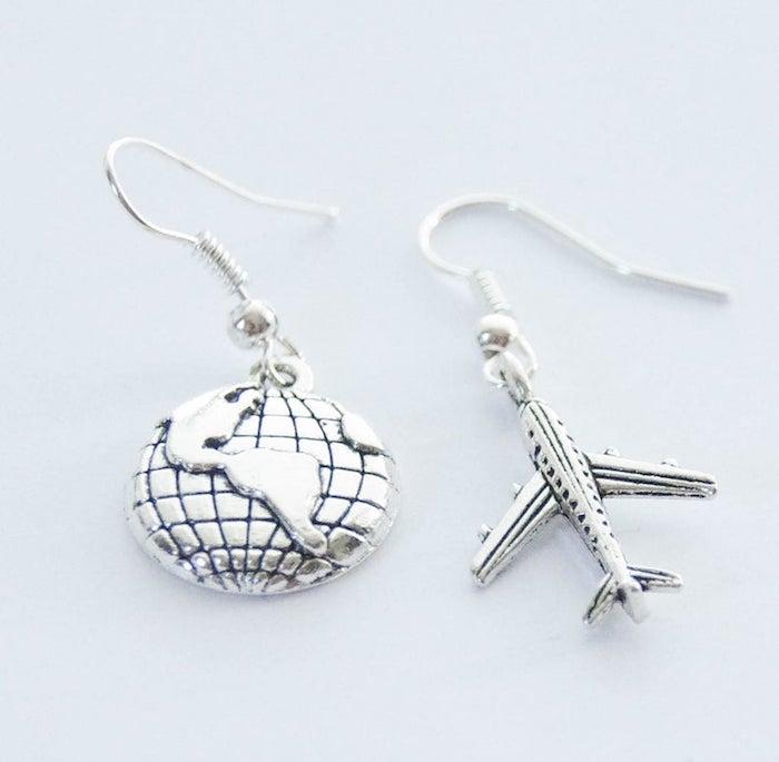 Boucles d'oreille argentés, le monde et un avion, cadeau de voyage pour homme et femme, idée quel cadeau offrir