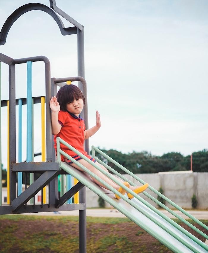 aire de jeux en toboggan, idée d équipement pour aire de jeux extérieur dans la cour ou le jardin d une maison