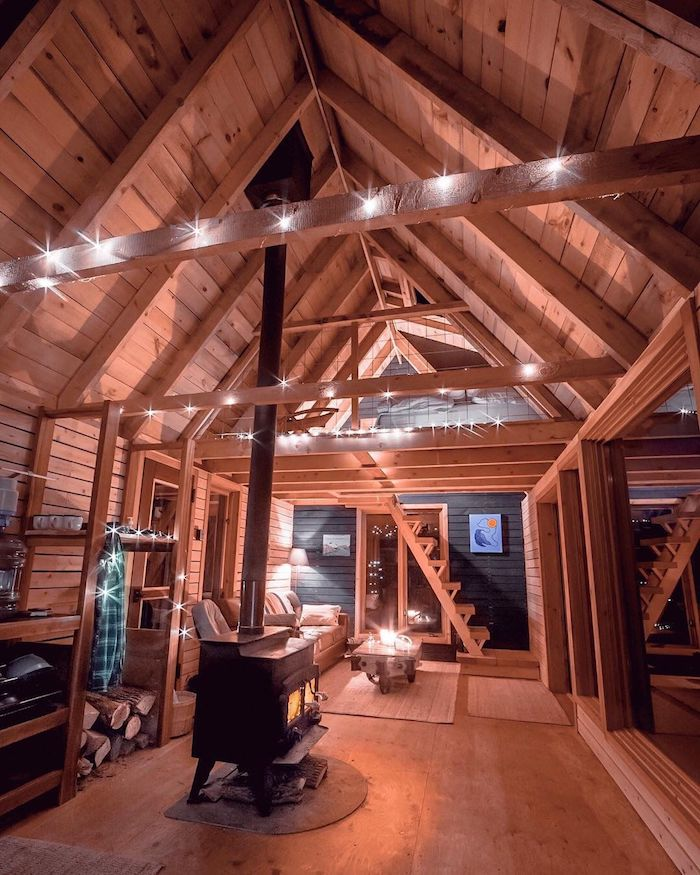 Bois chambre chalet, deco montagne chic et confort dans la nature, escalier pour le niveau de lit, guirlande lumineuse décorative