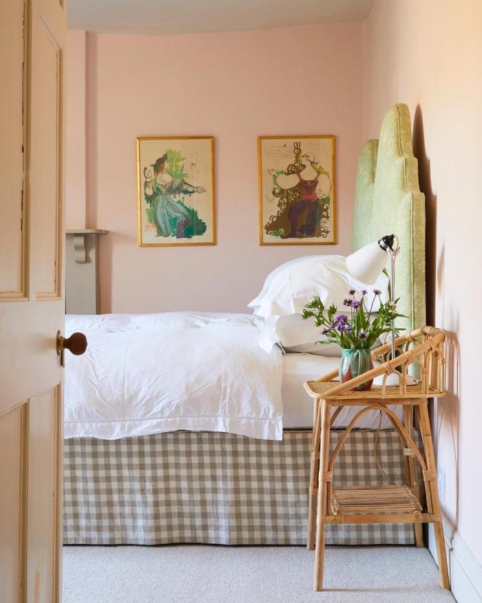 comment décorer une chambre aux murs rose avec plafond et sol en gris clair, idée déco chambre rose et gris