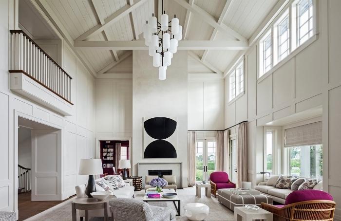 aménagement de pièce accueillante sous plafond cathédrale, exemple de toit à deux pentes couvert de panneaux blancs