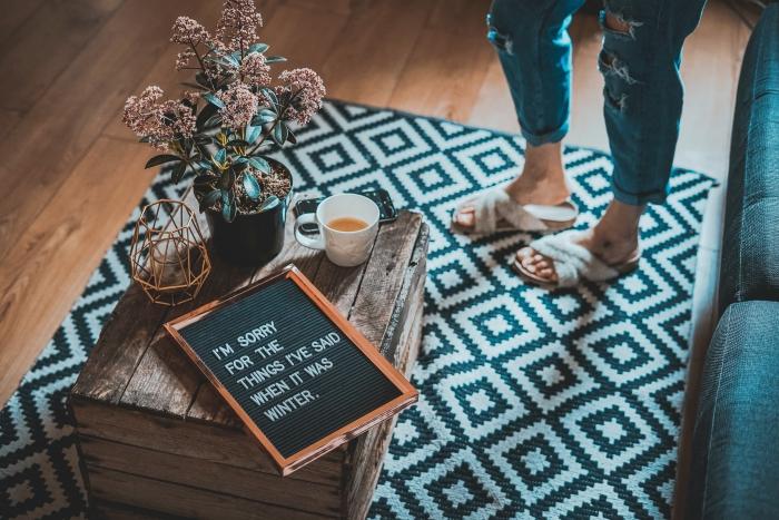modèle de tapis carré à motifs géométriques blanc et noir, décoration de salon cozy avec meubles diy en palette