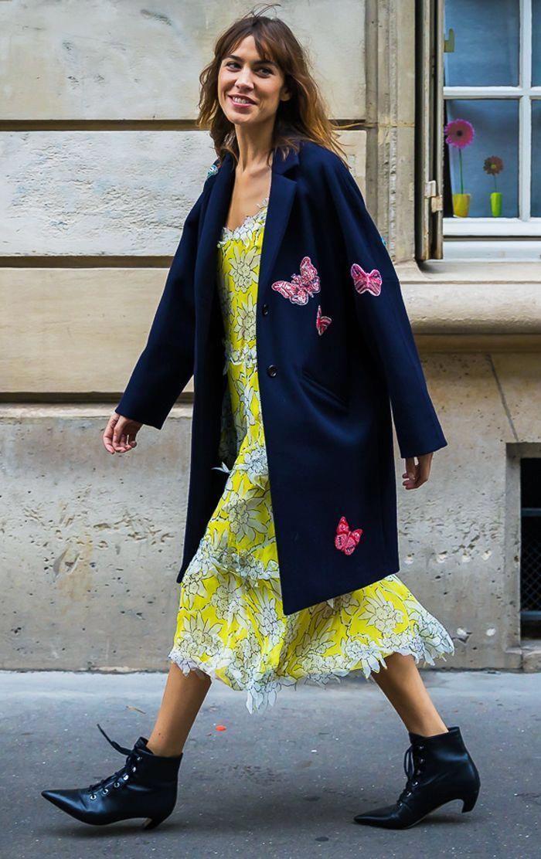 Jaune robe fleurie d'été associée avec manteau bleu foncé à papillons, idée tenue robe bohème chic hiver, tenue d'hiver parfait au style bohème
