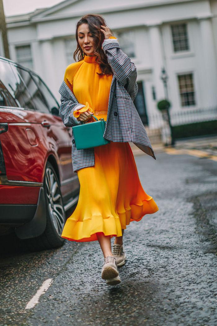 Jaune robe magnifique pour être une femme bien habillée, robe longue femme chic avec baskets et veste homme, style bohème chic pour femme moderne