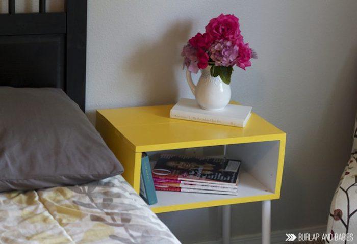 Table de chevet jaune décorée de vase avec fleurs, idée peinture pour meuble de cuisine, repeindre un meuble bois coloré