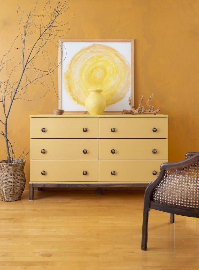 Orange chambre avec orange commode et vase et peinture, relooker un meuble en bois, idée meuble peint pour rénovation