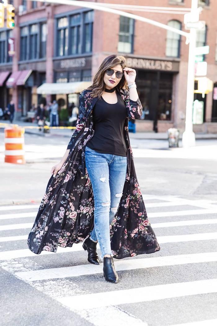 Robe comme veste longue fleurie, déboutonnée robe longue fluide, tendance hiver 2020, tenue femme à la mode