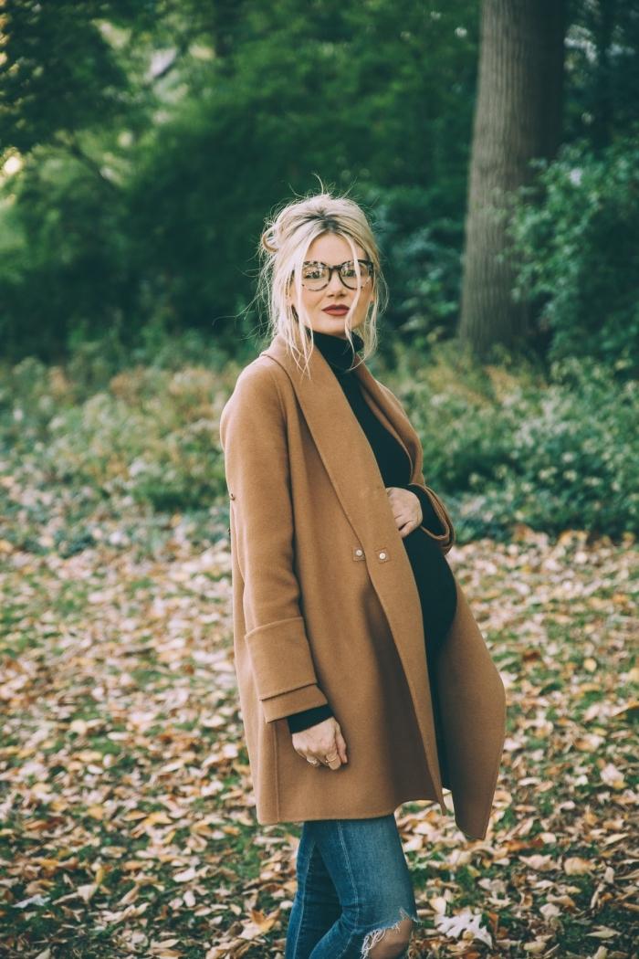 modèle de manteau femme enceinte à design loose de couleur marron, look femme grossesse en jeans et manteau long