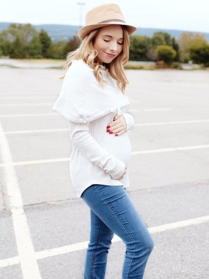 vetement de grossesse, look femme grossesse casual en blouse blanche et jeans clairs avec capeline bohème beige