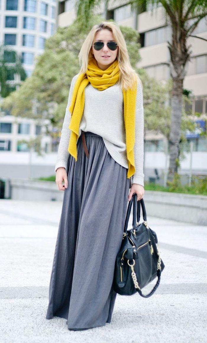 Jaune écharpe, jupe longue gris et blanche pull, idée deux pièces robe pour noel, comment adopter la robe longue d'hiver