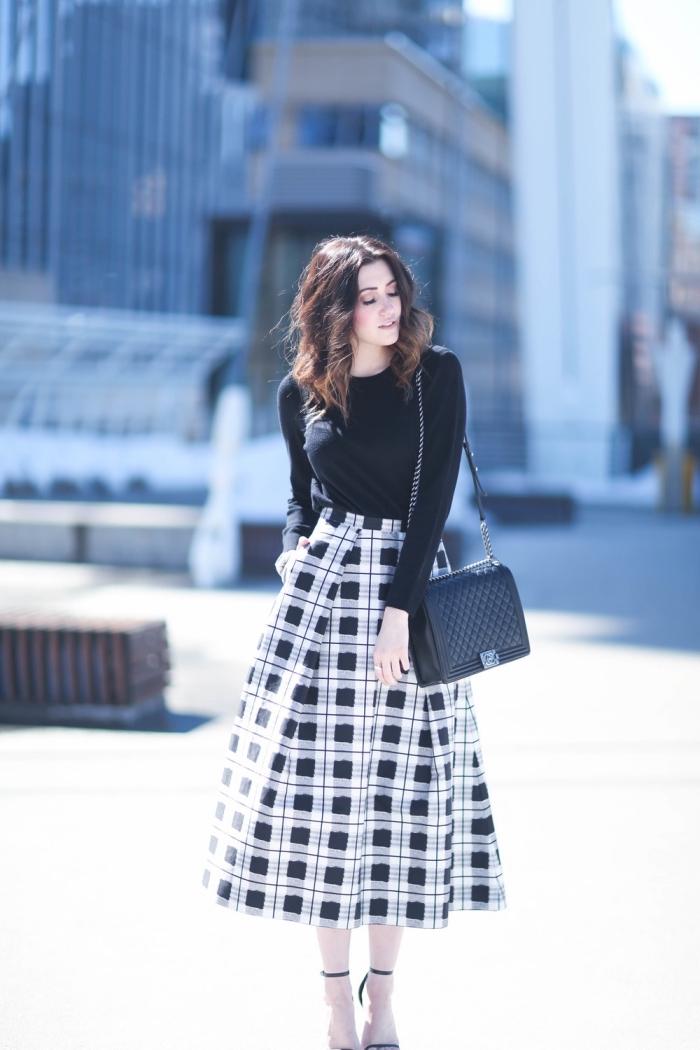 look femme stylé en blanc et noir hiver, vêtements mode femme automne hiver 2019, modèle de jupe midi fluide