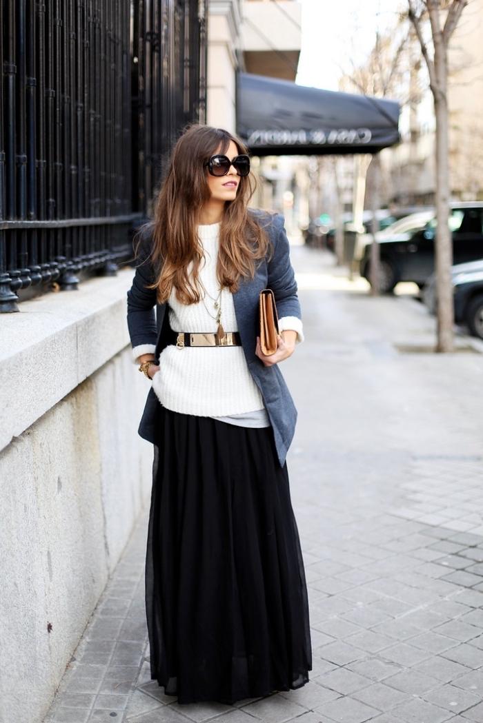 Jupe noire longue et pull en top avec ceinture pour souligner la taille, robe noire longue d'hiver, inspiration tenue femme chic