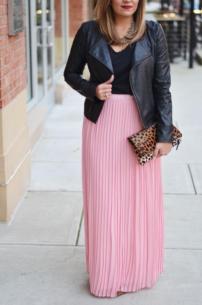 comment bien assortir les couleurs de ses vêtements femme, modèle de jupe fluide longue rose pâle avec top noir