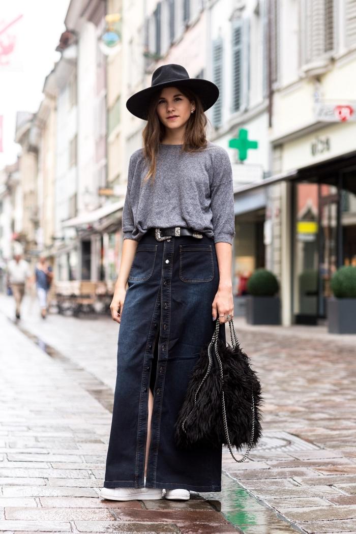 mode femme automne-hiver, idée look chic en jupe taille haute denim foncé combiné avec blouse grise et accessoires noirs