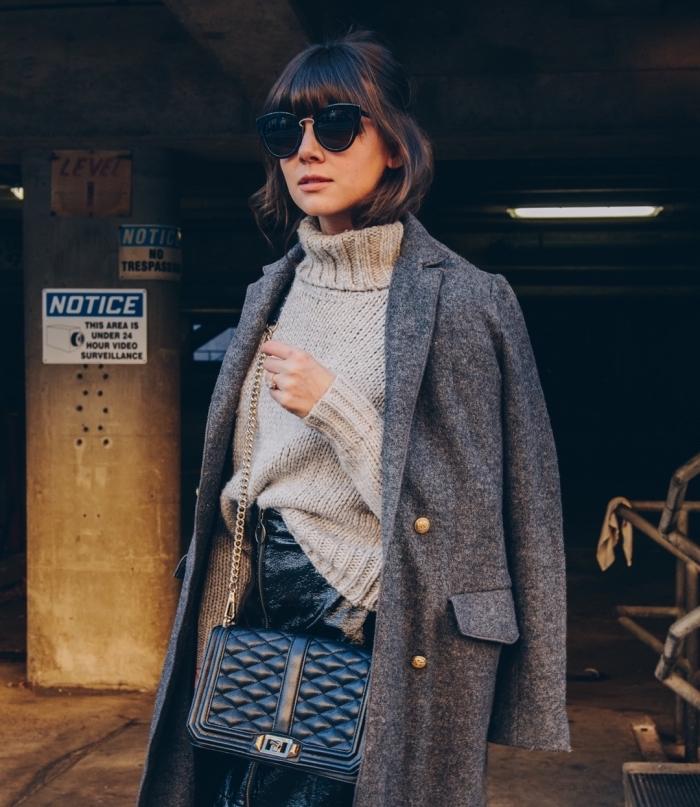 look hiver femme chic avec jupe en cuir noir et pull gris, modèle de manteau gris anthracite femme, idée lunettes de soleil tendance