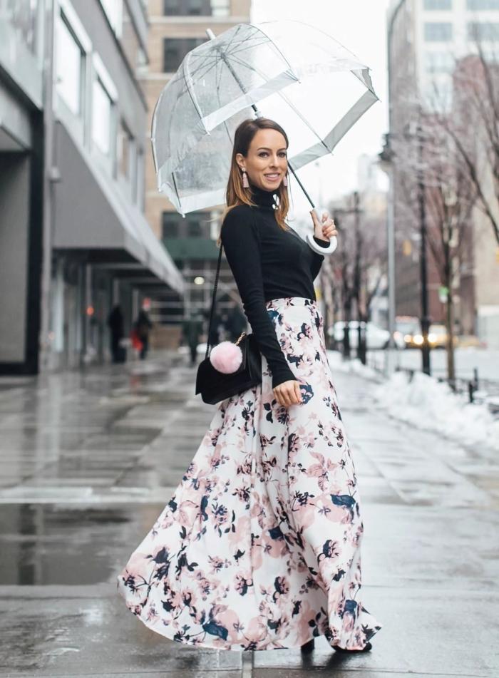 tendances imprimés mode femme hiver 2019, look chic femme en jupe longue hiver blanche à fleurs rose pastel