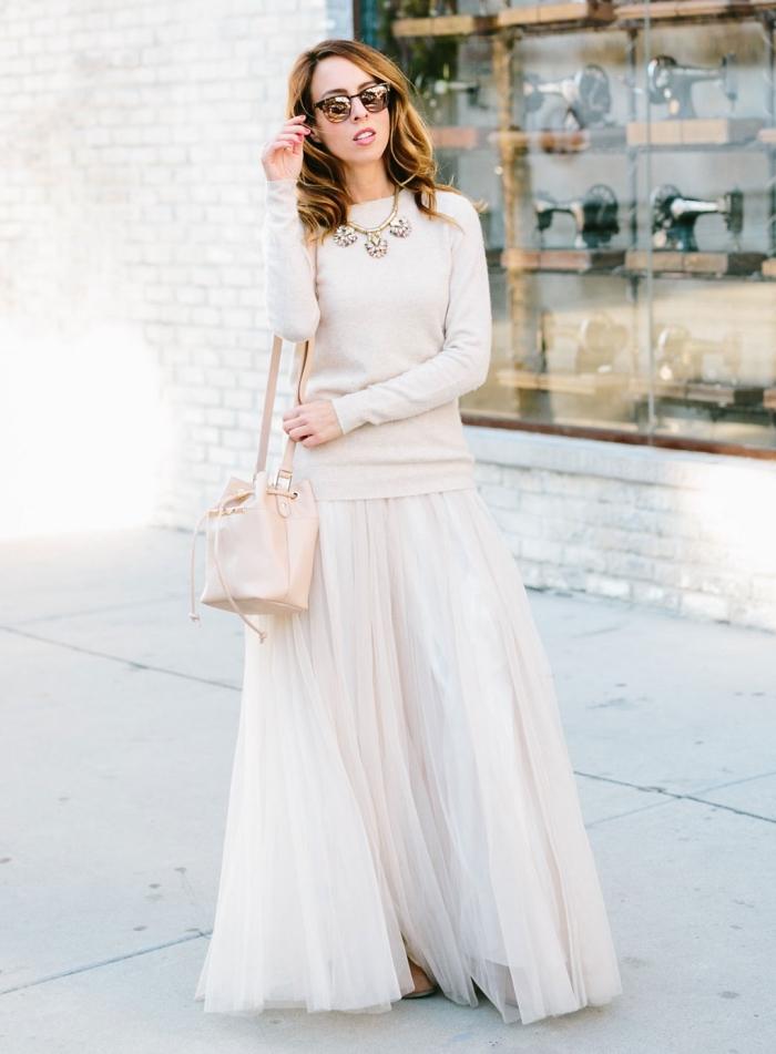 look féminin hiver en jupe longue plissée tulle blanche avec pull over beige, accessoires tendance sac à main cuir nude