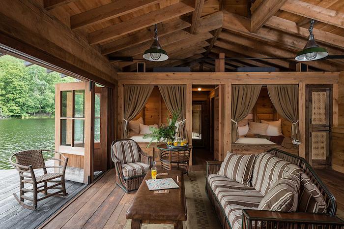 Porte fenetre ouverte pour relever la vue magnifique du lac, cuisine rustique, deco chalet montagne bois et lumière naturelle