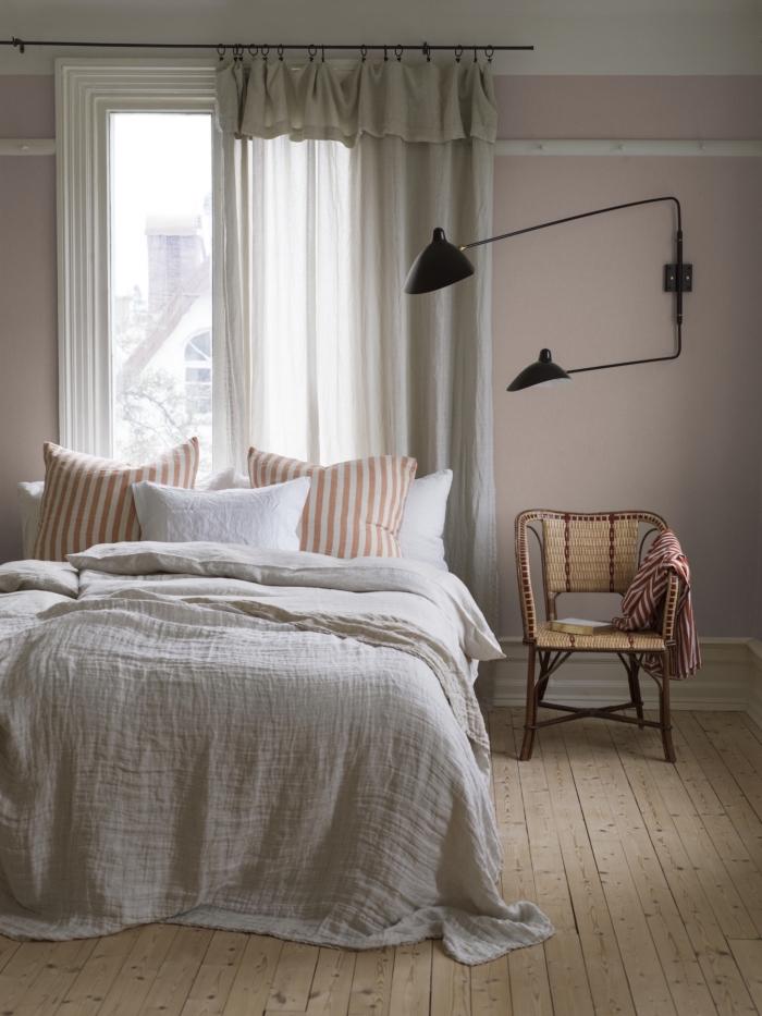 peinture de couleur vieux rose, chambre à coucher cocooning de style minimaliste aux murs roses avec accents bois