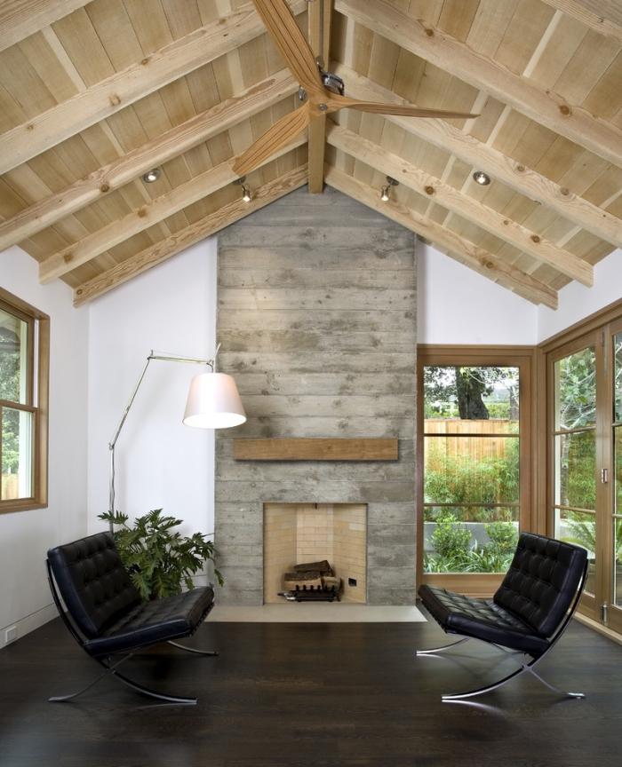idée deco salon industriel et rustique avec plafond à deux pentes, mobilier style contemporain en métal et cuir