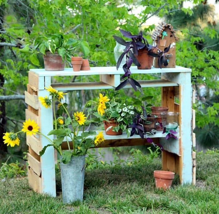 Table de jardin diy pour mettre les plantes vertes, idée table en palettes bleu claire, peinture renovation meuble, belle décoration maison meubles vintage