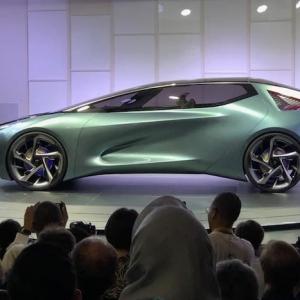Lexus présente ses premières voitures électriques - concept-car déployant un drone