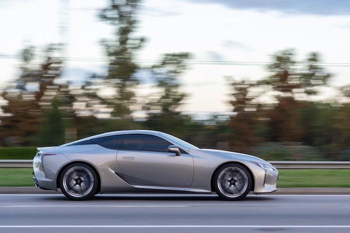 Lexus sur la route, idée des voitures precedentes quand Lexus présent ses premières voitures électriques