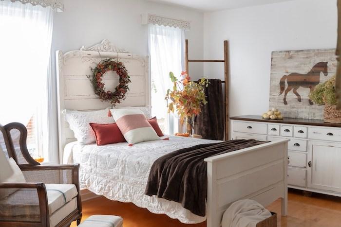 Chambre à coucher lit réparé en blanc, relooker meuble ancien en moderne, customiser meuble peinture coloré