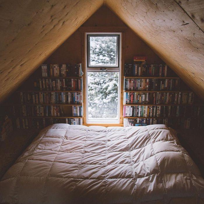 Bibliothèque construite dans le mur d'un chalet, chambre à coucher cosy lit et livres, deco montagne chic intérieur dans petit maison