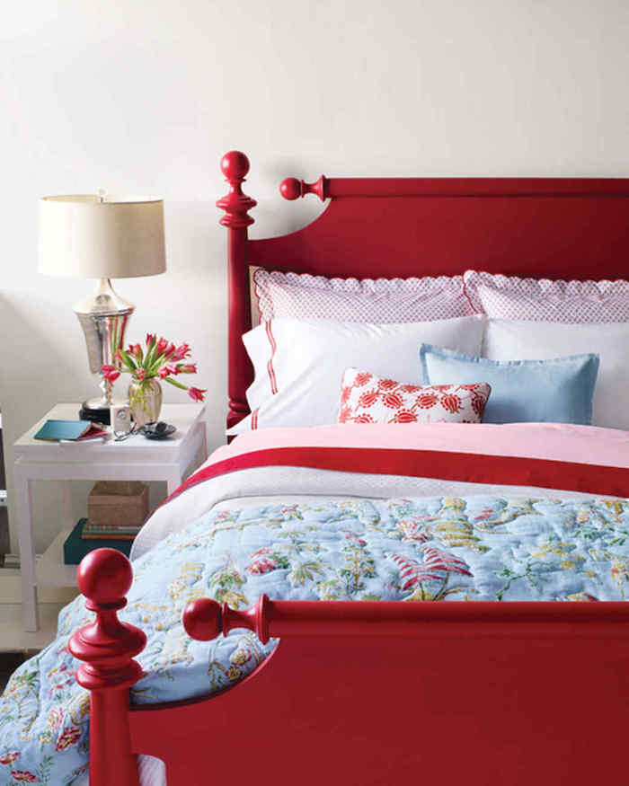 Idée transformation chambre à coucher, rouge lit relooking de meubles, donner une nouvelle vie aux meubles usagés