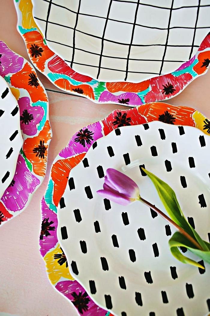 personnaliser des assiettes porcelaine en réalisant des dessins coquelicots colorés et motifs graphiques noirs à la peinture à porcelaine
