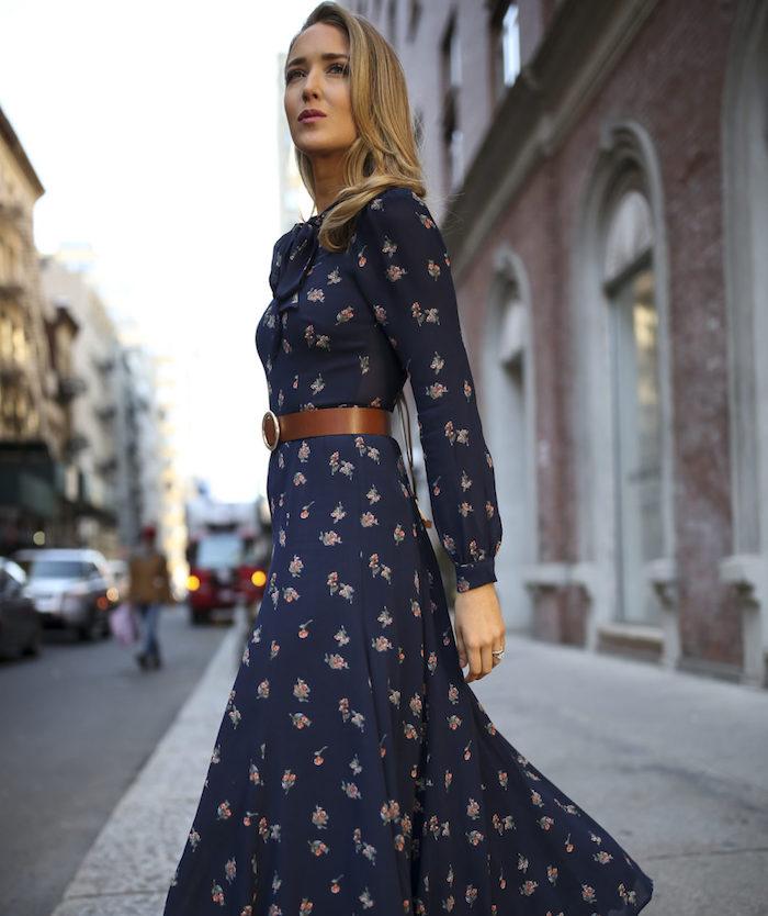 Fleurie robe longue moulante en bleu foncé avec ceinture cuir brune, comment bien s'habiller en hiver