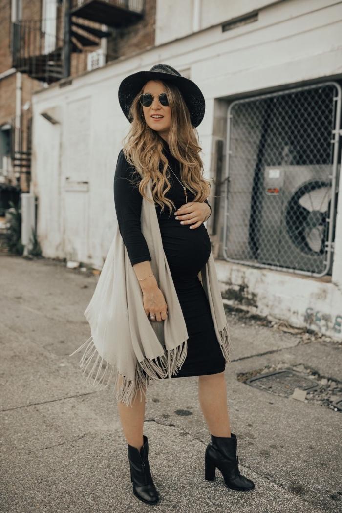 tenue grossesse de style hippie chic en robe maternité noire, look femme enceinte total noir avec gilet gris clair