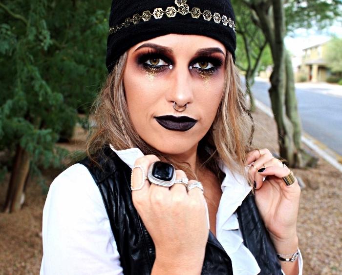 idée de maquillage pirate femme dans les tons mauve et noir, coiffure de pirate femme avec foulard noué autour de la tête