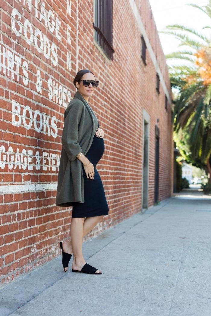 exemple de robe grossesse noire à longueur genoux, look femme enceinte en robe noire avec manteau gris et chaussures plates