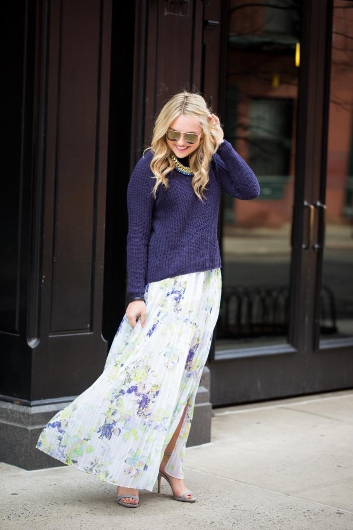 idée tenue femme chic en jupe et pull, motifs tendance mode femme hiver, look chic en jupe longue fendue blanche