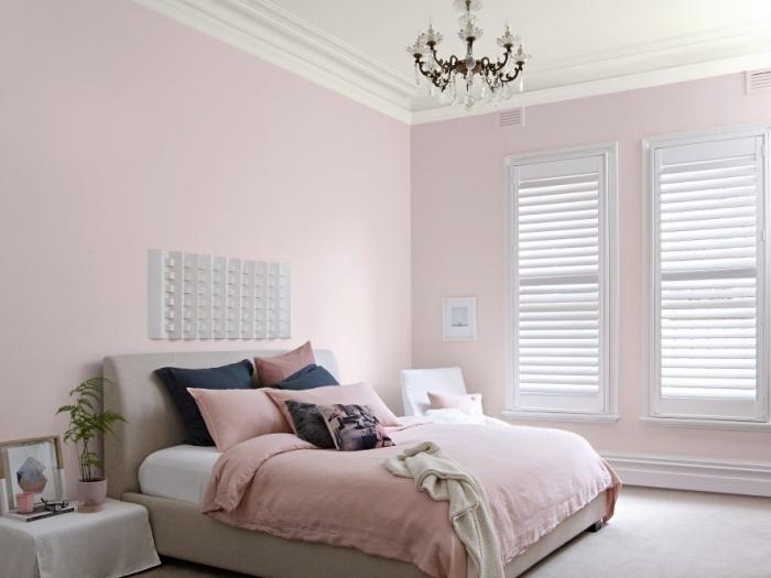 idée peinture chambre moderne aux murs rose pastel avec plafond blanc et sol effet ciment, couleur chambre adulte rose