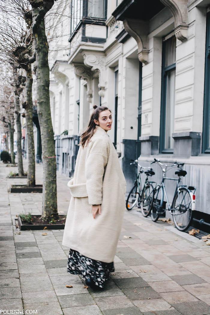 Manteau grande blanc et robe pull col roulé, accessoiriser bien la robe longue d'hiver, robe noire fleurie blanche