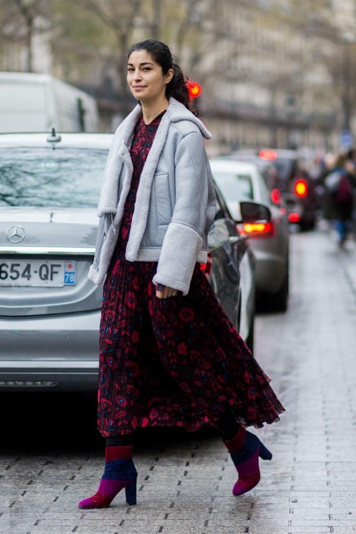 Veste bleue et robe fleurie bleu et rouge, idée style moderne pour la saison, tenue de la rue