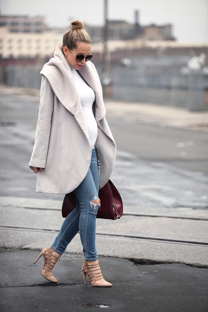 tenue grossesse de style casual chic en jeans déchirés avec chaussures hautes et manteau grossesse cape en blanc gris