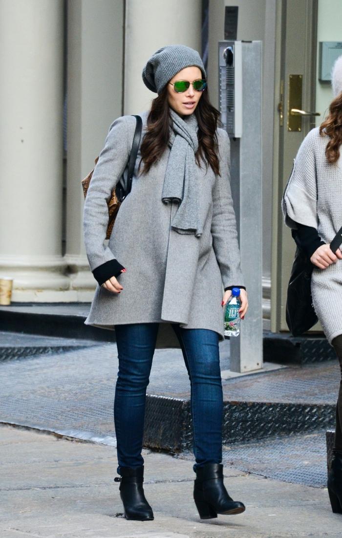 comment assortir les couleurs de ses vêtements, idée manteau grossesse couleur gris, look total gris avec denim et chaussures noires