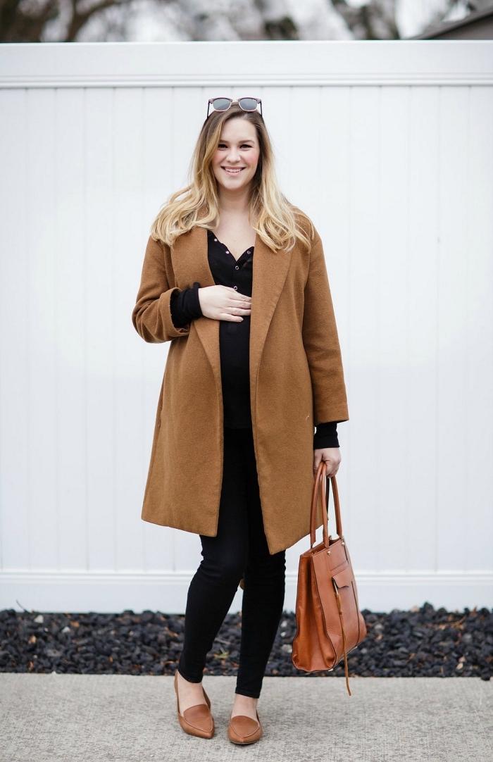 mode femme enceinte automne hiver 2019, modèle de manteau femme enceinte en camel, look total noir avec manteau et accessoires marron