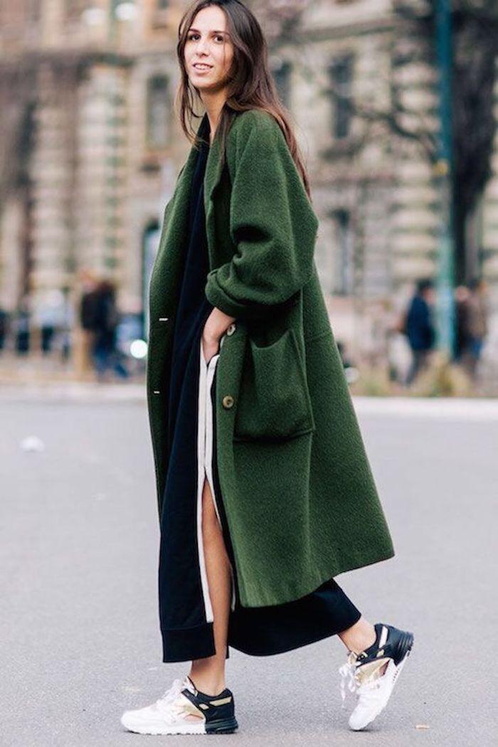 Street style, tenue avec basket, décontractée robe pull longue, s'habiller bien pour l'automne hiver, manteau long vert