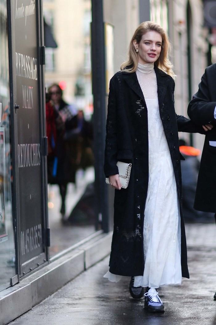 Blanche robe et manteau noire, idée tenue hiver femme, comment s'habiller quand il fait froid